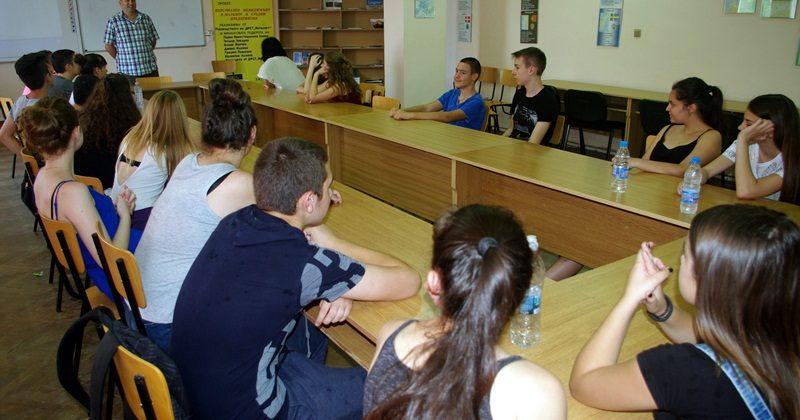 """Вредата от наркотиците и алкохола коментираха психологът Валентин Минков и ученици от ДФСГ """"Интелект"""""""