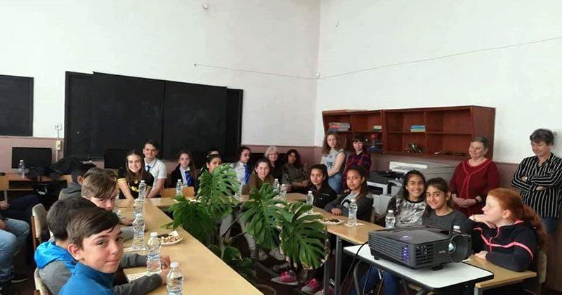 """Ученици от Левски и Обнова обменят знания по метода """"Връстници обучават връстници"""""""